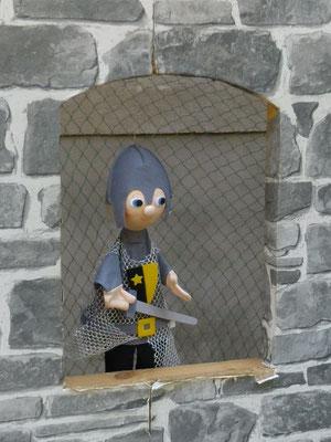 ... und der kleine Ritter an der Burgwand