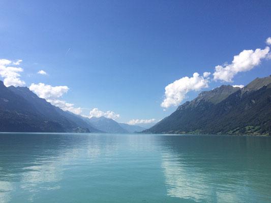 Der Brienzersee liegt eingebettet zwischen den Emmentaler und Berner Alpen im Schweizer Kanton Bern