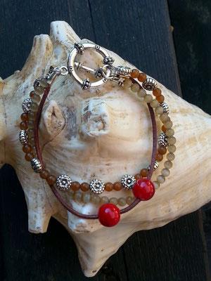 Ethno Boho Perlen Armkette Soraya mit 3 Strängen hell- und dunkelbraunen Katzenaugen Glasperlen, Blumen Metallperlen, Lederband mit roten Acrylperlen & Knebelverschluss