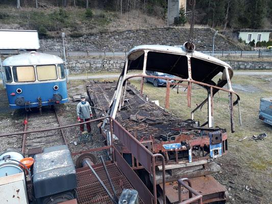Der Bewagen links im Bild wird von der ARGE 5081 auf Vordermann gebracht, während unser Ersatzteilspender seine letzten Tage zählt.