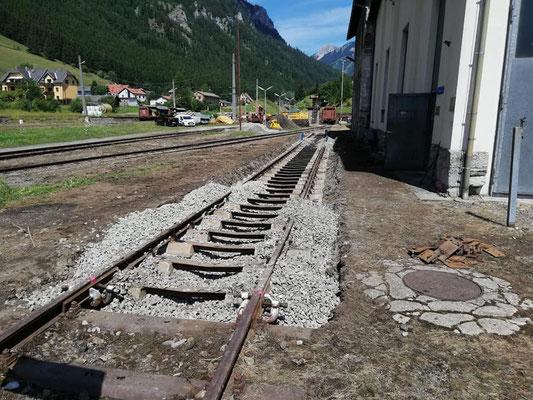 Das Gleis wurde mit Notlaschen verbunden, und die Schotterungsarbeiten sind im Gange