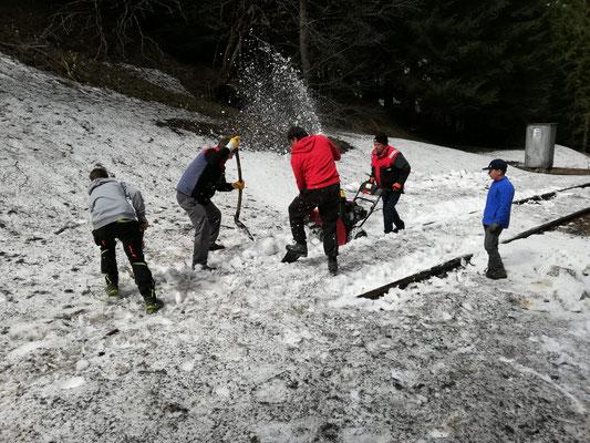 Mithilfe einer Schneefräse konnten die Schienen befreit werden