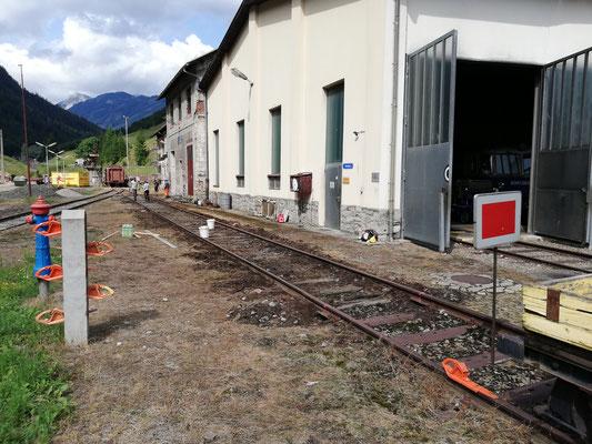 Die Baustelle wurde mit einer Haltescheibe und Hemmschuhen vor dem Befahren gesichert.