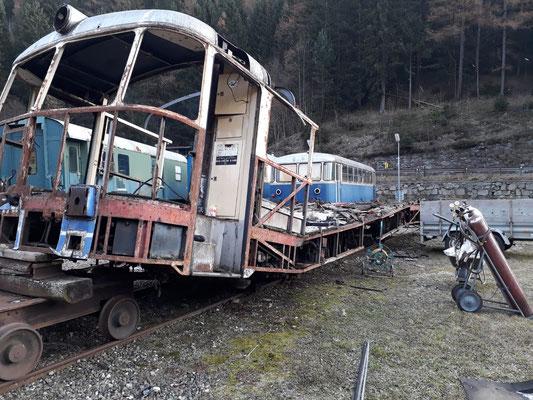 Da bereits alles brauchbare entfernt wurde, wartet der Triebwagen auf seine Zerlegung