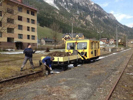 X626.126 mit Materialwagen beim Säubern der Gleise