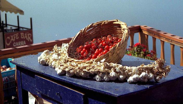 Santorini-Tomaten liegen zum trocknen in der Sonne