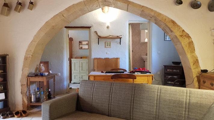 das Wohnzimmer, links das Gästezimmer, rechts das Gästebad