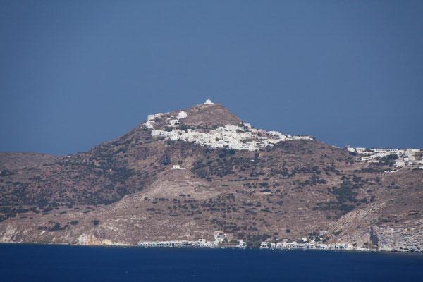 oben Milos-Stadt, unten Klima, von der Fähre aus gesehen