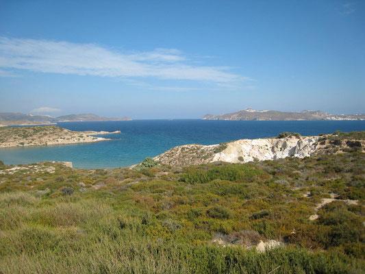 Blick über die Bucht von Milos, ganz rechts Adamas und links darüber auf dem Berg Milos-Stadt