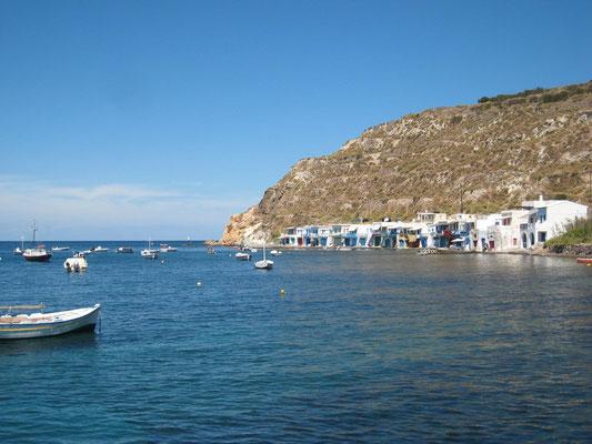 Klima, eines von mehreren 'Smyrmata' auf Milos, als Garagen für Fischerboote gebaute Häuser