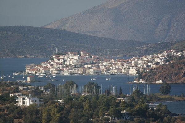 Poros von der Peloponnes aus gesehen (im Hintergrund erhebt sich Methana)