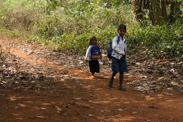 Schulkinder auf ihrem kilometerlangen Schulweg