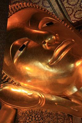 Der übergroße liegende goldene Buddha