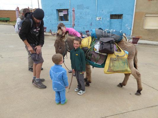Ein Wanderer der auf dem Rückweg von Santiago seinen Esel nach Hause bringt