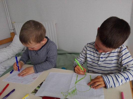 Raphael und Richard malen Bilder als Geschenk für die Nonnen, bei denen wir unterkommen durften