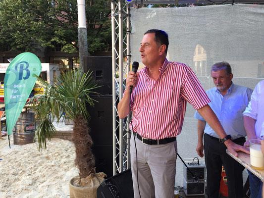 Peter Jung macht den Fassanstich und eröffnet die Strandparty