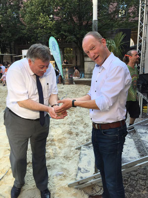 Der Vorstand der ISG Barmen prüft die Qualität des wunderbar feinen Sandes