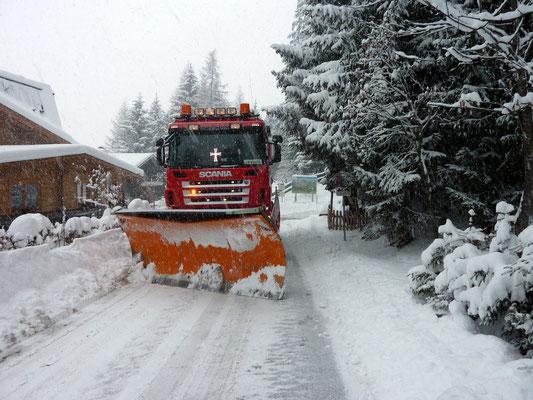 Scania Powertruck mit Schneepflug in Schwaz unterwegs.