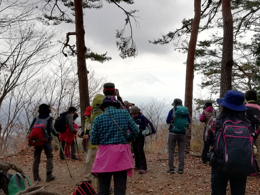 休憩しながら、富士山を写真撮影。