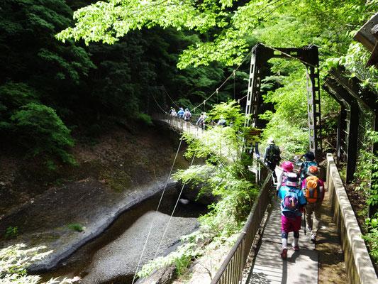 吊り橋を渡って、月居山へ。