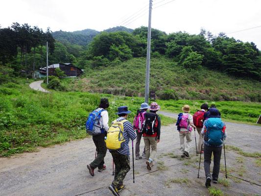 登山道へ向かいます。