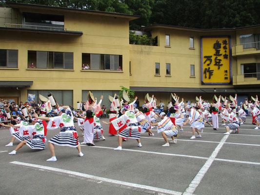 麓の通りでは、お祭りをやってました。