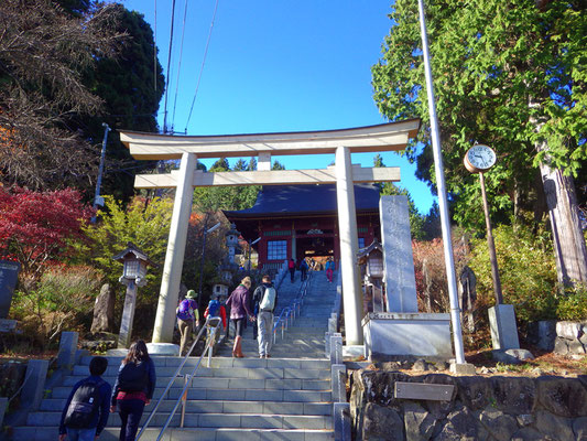 武蔵御嶽神社への階段スタート。