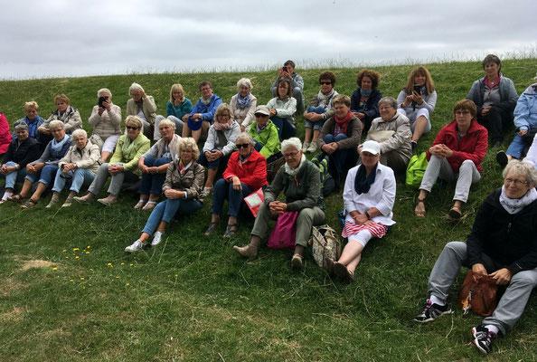 Gruppe der Reinfelder LandFrauen lauscht der Lesung open air