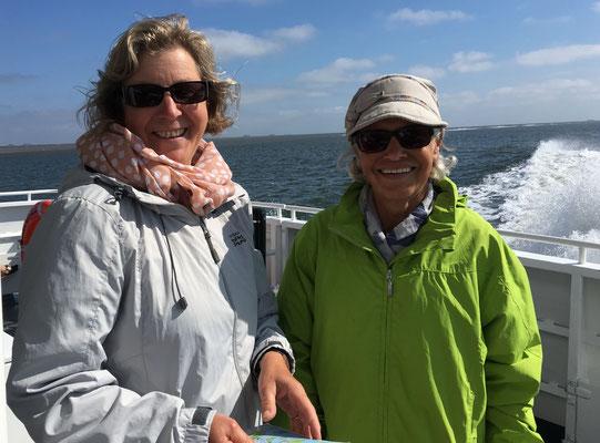 LandFrauen Angela Rosenkranz und Corinna Grimm-Habeck genießen die Schiffsfahrt