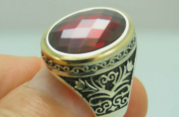 перстень с рубином в серебре