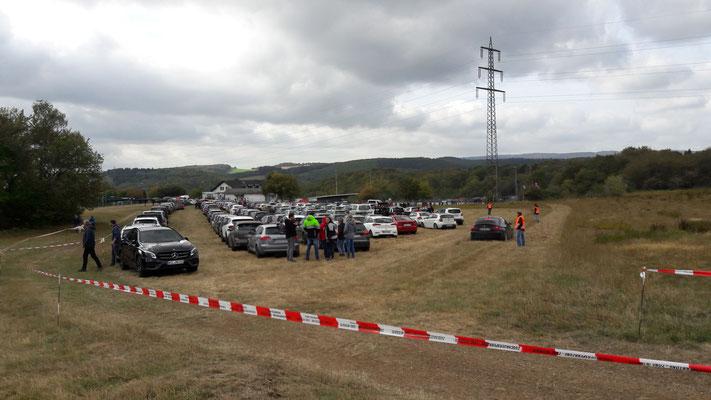 Parkplatzorganisation wie bei der Rallye Deutschland