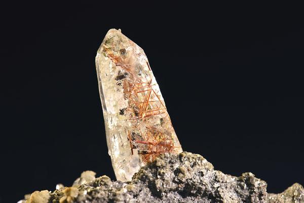 Quarz mit Rutileinschluss; F: Binntal, VS; H: 3cm; Sammlung Ph. Kuster. Foto: Copyright © 2017 by Olivier Roth, Switzerland