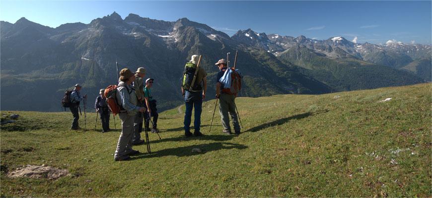 Unser Exkursionsleiter erläutert Geologie und auf was man achten soll, um Kristalle zu finden