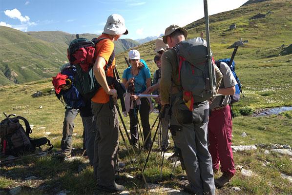 Neuer Tag, neuer Tatendrang. Beim Aufstieg zum Blausee erklärt Richi Geologie und die hier vorherrschenden Kluftanzeichen
