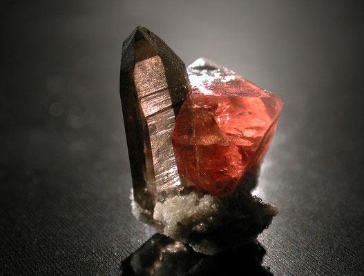 Wir sind fasziniert von der Schönheit der Formen und Farben der Mineralien. Im Bild ein Rosafluorit auf Rauchquarz vom Frunthorn, GR