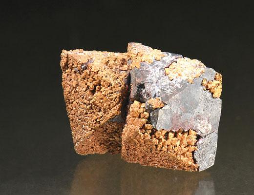 Pseudomorphose Kupfer nach Cuprit; F: Rubtsovskoe, Russland; B: 3cm; Sammlung F. Mattenberger.<br>Foto: Copyright © 2018 by Olivier Roth, Switzerland