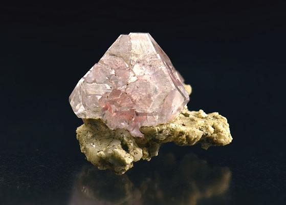 Fluorit (Kubokateder); F: Grimsel, BE; B: 2.5cm; Sammlung Ph. Kuster. Foto: Copyright © 2017 by Olivier Roth, Switzerland