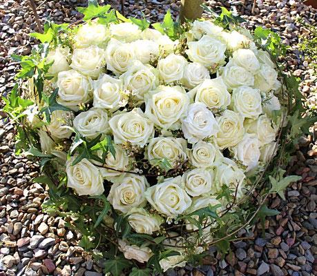 Herz mit weißen Rosen