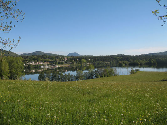 Lac d'Aydat, en arrière plan le puy de Dôme