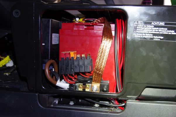 100 Ah LiFePo4 Batterie unter Fahrersitz