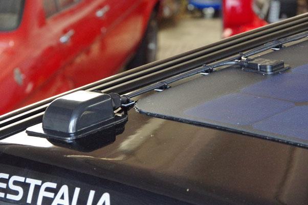 Dachdurchführung und Leitungsbefestigung mit Befestigungssockel. Geklebt mit Sikaflex 252 Konstruktionsklebstoff