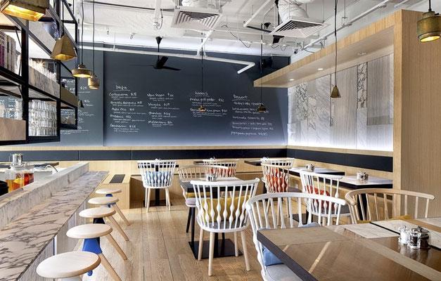 Planung und Einrichtung von Cafeteriastühlen und Tischen