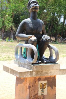 Sitzend gefesselter Sklave wartet auf das nächste Schiff . Das Holz im Mund verhindert das Schreien