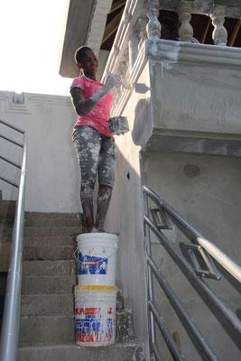 Vivian Beim malen. Als gerüst dienen 2 Kessel und dies auf der Treppe.