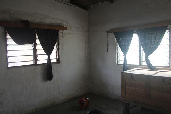 14.11.2014 Unser leergeräumtes Schlafzimmer. So etwa sahen alle Räume vor dem Umbau aus