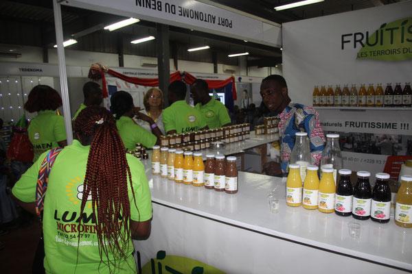 3. Getränkestand mit natürlichen Fruchtsäften.