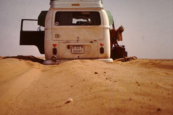 15. Bei meiner ersten Saharadurchquerung hatte ich mit dem fahren auf Weichsandpiste noch keine Erfahrung. Zudem sollte man die Sahara nicht wie wir ende April durchqueren. Der beste Zeitpunkt ist zwischen November und März.