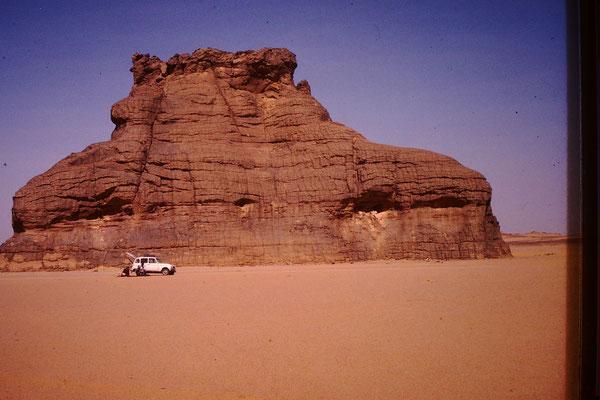 27. Vor dieser Kulisse des errodierten Felsens hatte ein Schweizer, der mit mir im Konvoi fuhr, an seinem Renault 4 eine Reifenpanne.