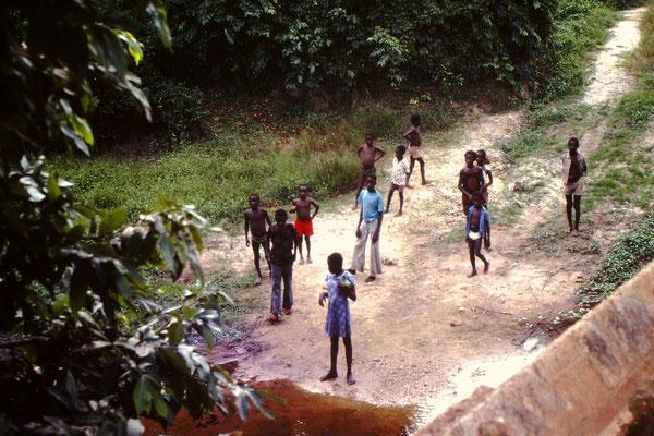 16. Die Kinder sind erstaunt, denn es war nicht Normal, dass man hier Touristen traf. Wir kamen von da, weil wir uns in Ghana verfahren hatten. Anstelle von Kumasi, Sunyani, Dorma Ahenkro, fuhren wir Kumasi, Dunkwa, Nsinsin, Niable. Das wir falsch waren m