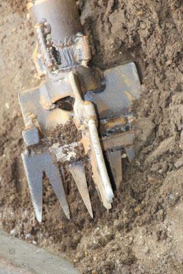 16.12.2016 Mit diesem Werkzeug wird im Rohr der Sand gelockert und mit Wasserdruck rausgespühlt.